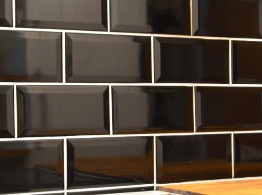 Svart kakel med fasade kanter, från CC Höganäs