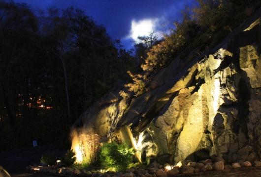 Upplyst bergvägg med In Lite ljus