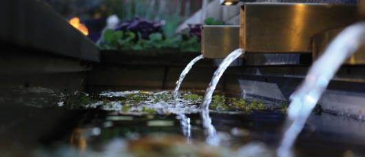 Vatten i trädgården, belyst av In lite