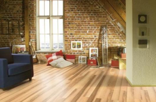 Mysigt vardagsrum med golv från Karelia