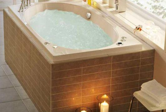 Inbyggt, ovalt massagebadkar från Westerbergs